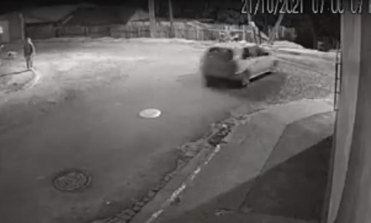 Carros caem em barranco ao final de rua, no Paraná, e câmeras registram acidentes; uma pessoa morreu