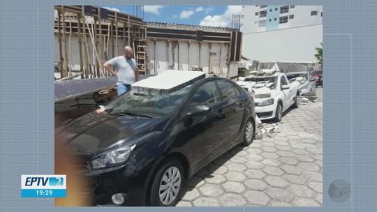 Muro de prédio em obras cai e atinge três carros em Itajubá, MG