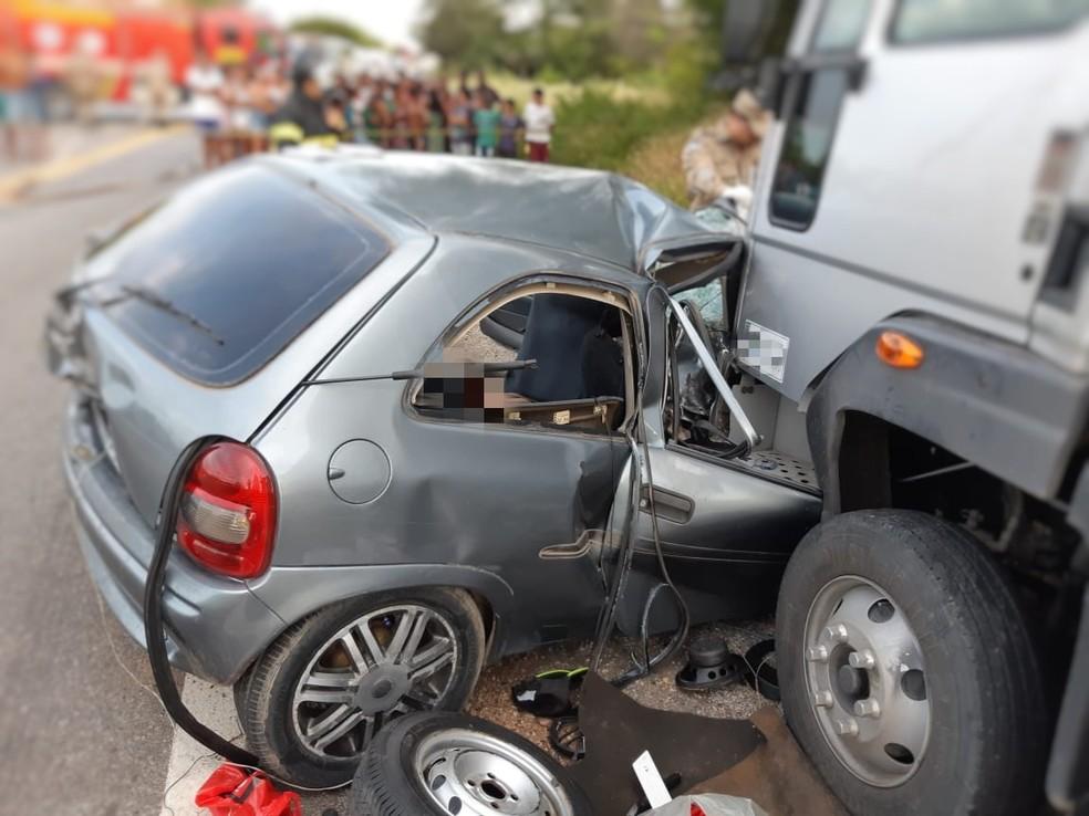 Colisão entre carro e caminhão deixou mortos e feridos — Foto: PRF/Divulgação