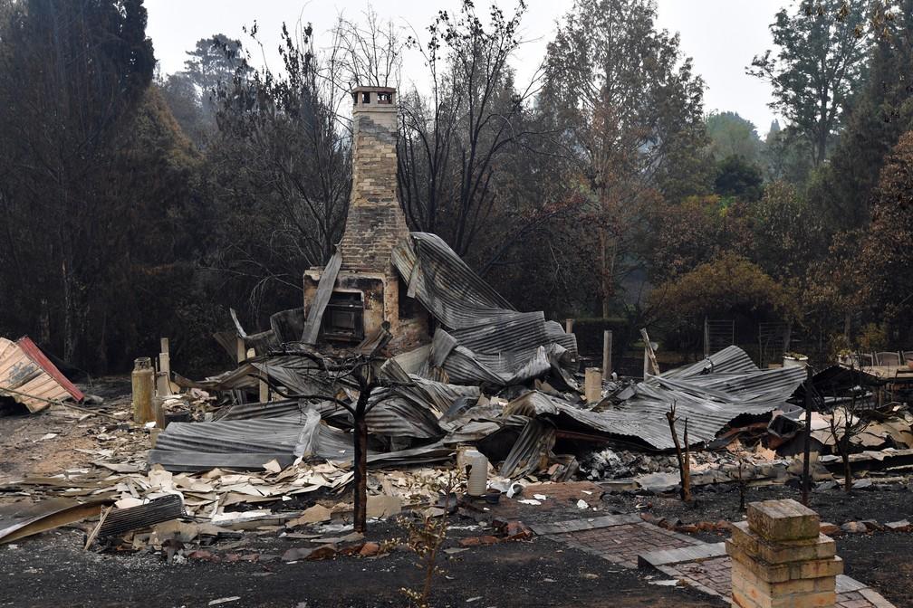 6 de janeiro  - Um moinho de madeira destruído por incêndios florestais é visto em Quaama, no estado de Nova Gales do Sul, na Austrália — Foto: Saeed Khan/AFP