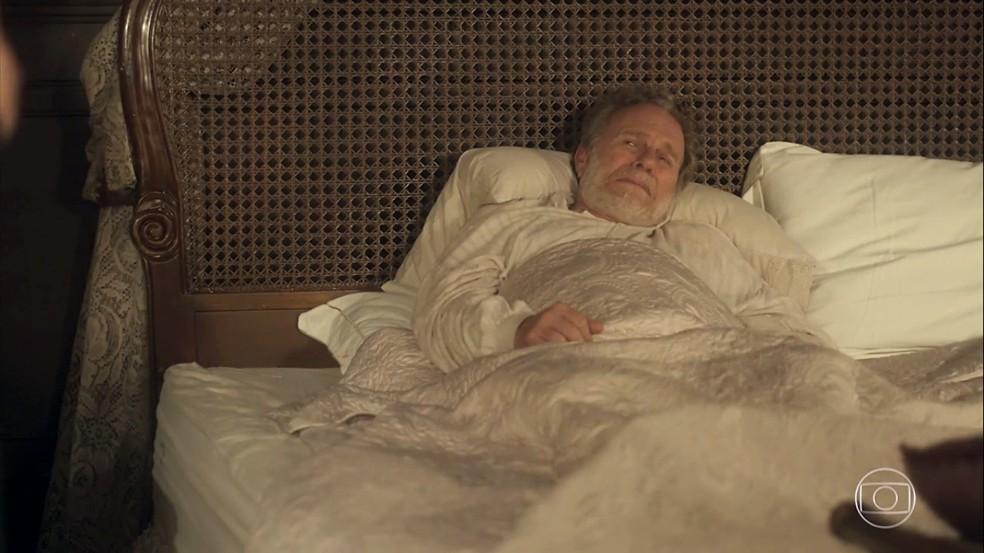 Wolfgang (Jonas Bloch) chora com o seu fim próximo, provocado por Greta (Julia Lemmertz), em 'Novo Mundo' — Foto: TV Globo
