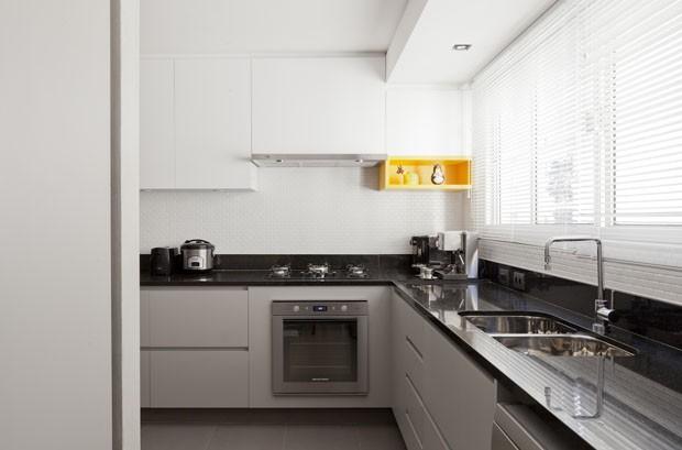 Novos revestimentos e marcenaria clean atualizam apartamento antigo (Foto: Maíra Acayaba)