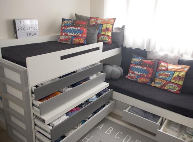 Até mesmo na roupa de cama, a opção foi por tons neutros, deixando o colorido para as almofadas temáticas de super-herói. Jogo de cama e almofadas da Ameise Design. Tapete da Zacche Home. (Foto: Tamara Timenetsky Fotografia/Divulgação)