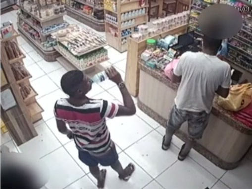 VÍDEO: Câmera de segurança flagra assalto a delicatessen em Salvador; suspeito se passou por cliente