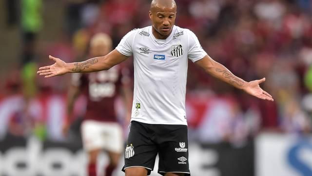 Carlos Sánchez lamenta a derrota do Santos