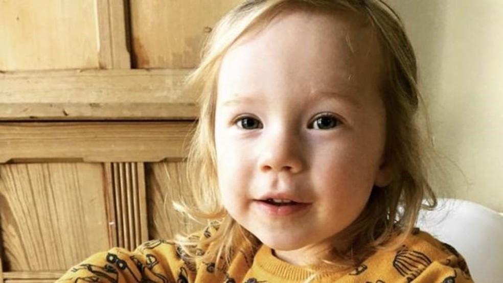 Cadi, de 2 anos, vai receber os presentes do vizinho nos próximos 14 anos  — Foto: Owen Williams/BBC