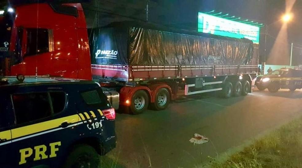 Carreta carregada de madeira ilegal foi apreendida na noite de terça-feira (15), na BR-101, na Grande Natal. — Foto: PRF/Divulgação