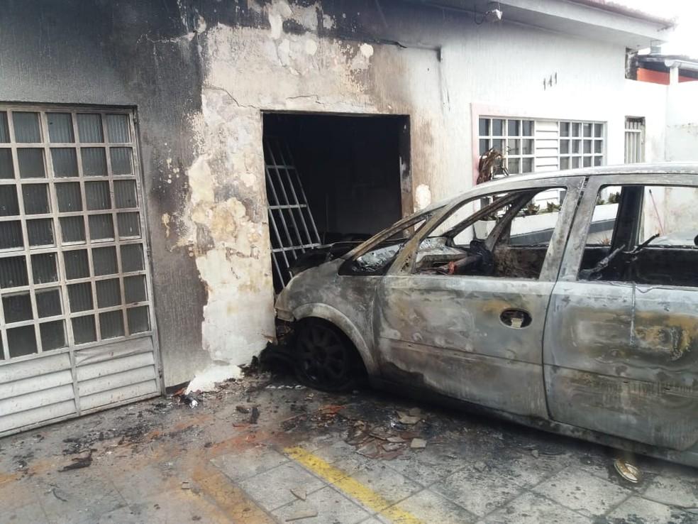 Incêndio destruiu carro e salão de beleza — Foto: Heliana Gonçalves/TV Gazeta