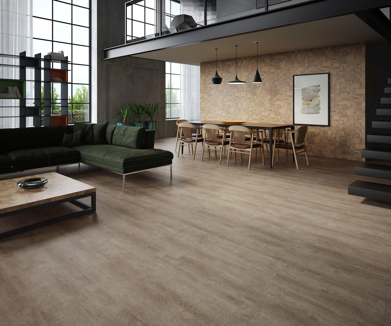 Ambiente compactado com mesa de jantar e cadeiras, sofá de canto verde, mesa de centro de madeira e piso laminado.
