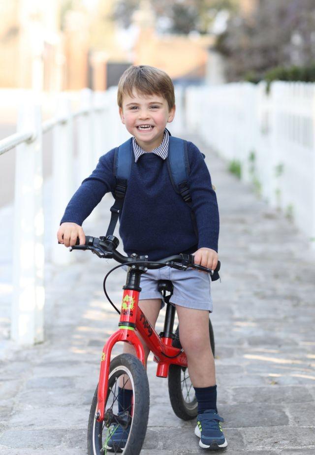 Príncipe Louis: William e Kate divulgam foto de aniversário do filho mais novo no 1º dia na creche