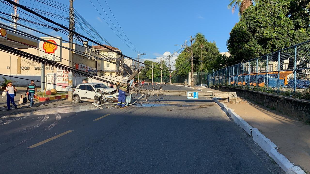 Carro derruba poste e danifica outro em batida no bairro de Sussuarana, em Salvador