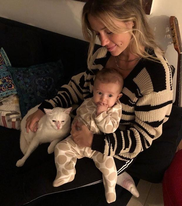 Juliana Didone com a filha e o gato no colo (Foto: Reprodução/Instagram)