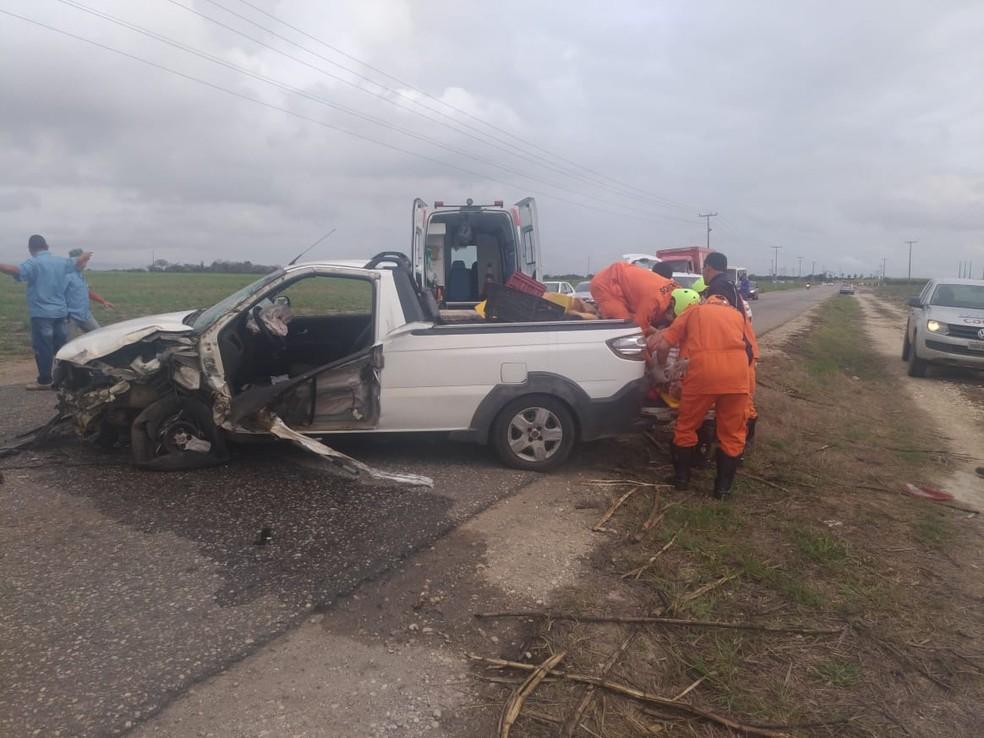 Corpo de Bombeiros faz trabalho para retirar a vítima de carro envolvido em acidente na AL-110 — Foto: Corpo de Bombeiros/Ascom