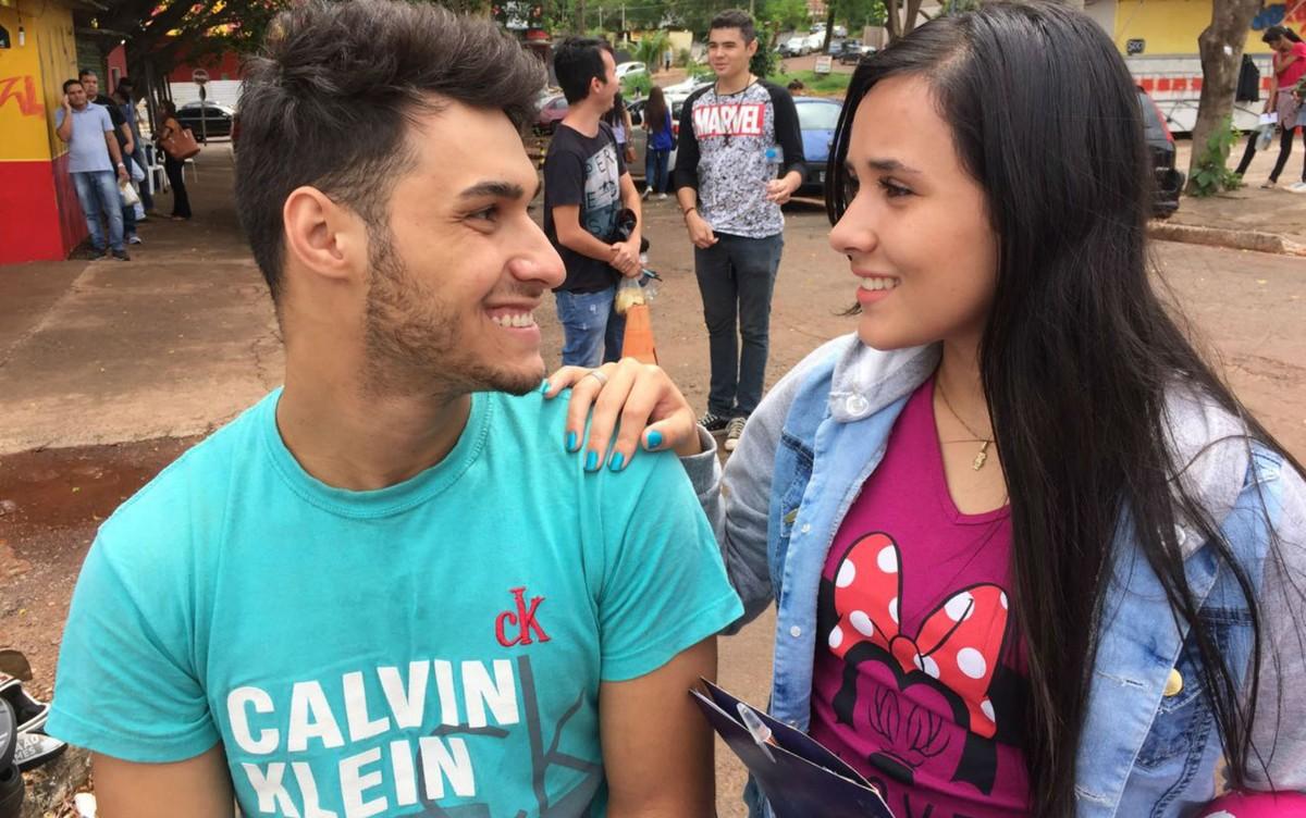 Namorados companheiros acompanham candidatas do Enem até portão de local de prova em MS
