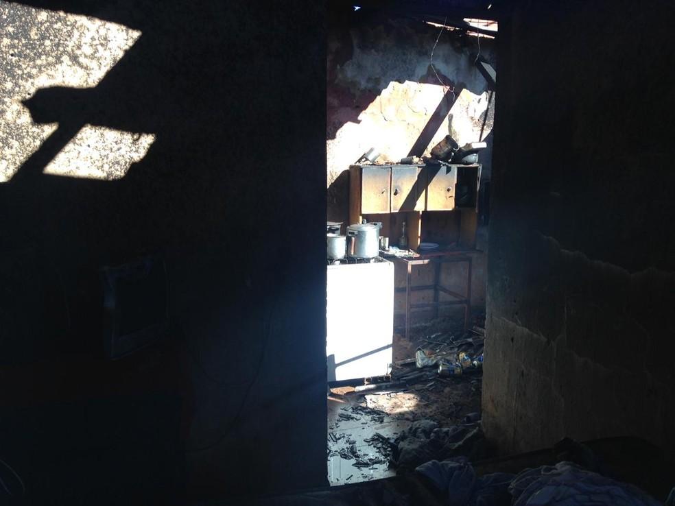 Casa onde moravam crianças e bebê ficou destruída por incêndio em MS (Foto: Fabiano Arruda/TV Morena)