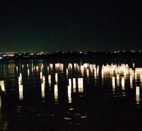Lanternas iluminam Lago Paranoá em homenagem aos mortos no DF