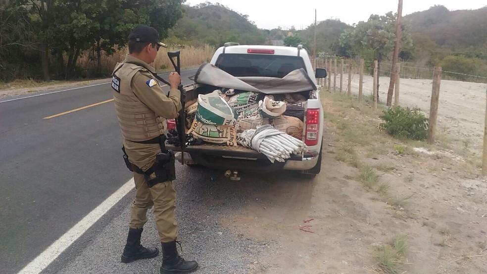 Explosivos foram encontrados em carroceria de camionete na TO-050 (Foto: Polícia Militar/Divulgação)