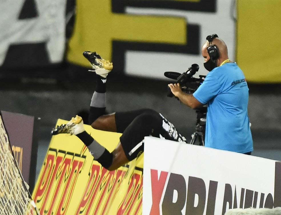 Marcelo Benevenuto cai na placa de publicidade em Botafogo x Flamengo — Foto: André Durão