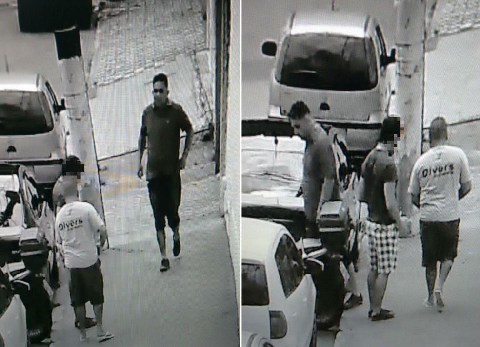 Caio, de camiseta branca, aborda vítima que venderia relógio, com o comparsa Christian (Foto: Reprodução)