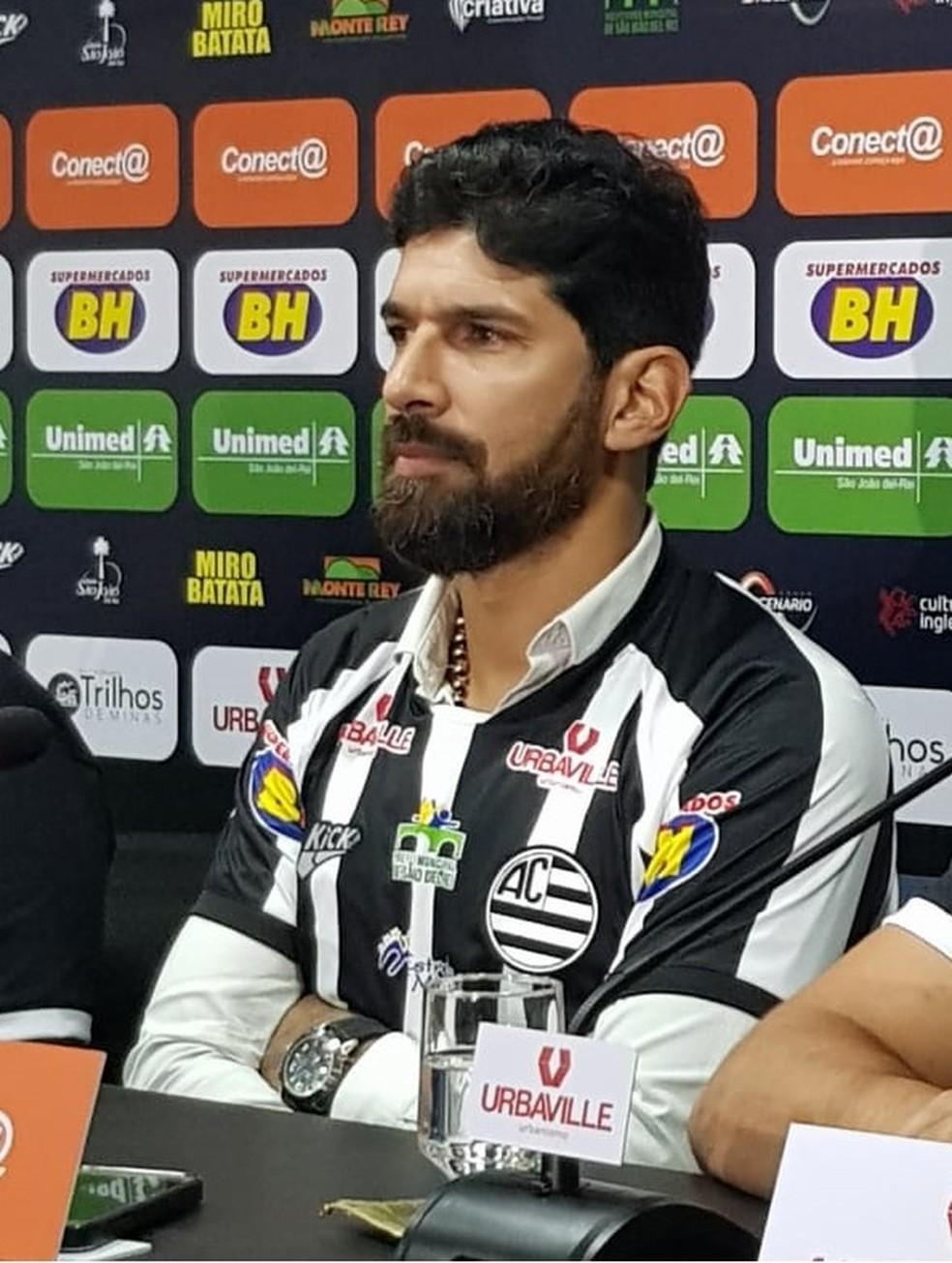 Loco Abreu chegou demonstrando confiança em São João del Rei  — Foto: Cláudio Gomes