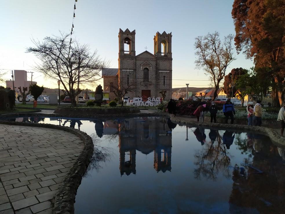 Mesmo com frio intenso, turistas estavam pela manhã na praça principal de São Joaquim — Foto: Leandro Puchalski/NSC TV