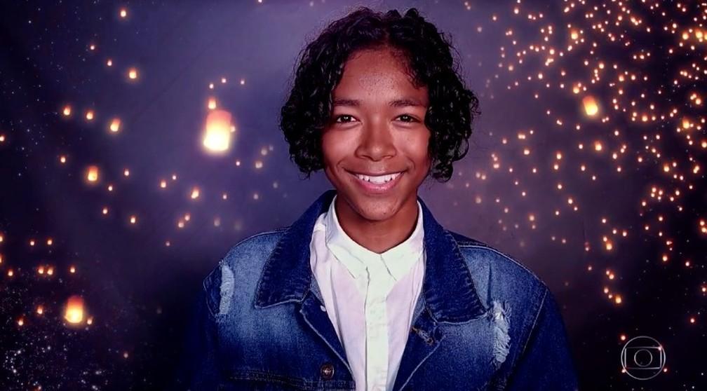 Kauê Penna canta na semifinal do 'The Voice Kids' — Foto: TV Globo