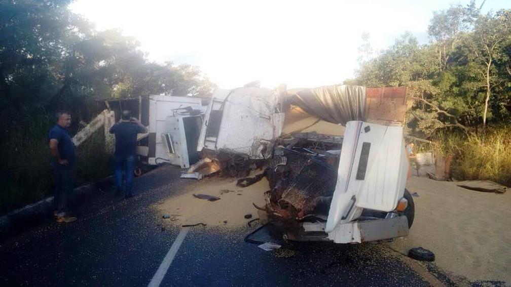 -  Soja ficou espalhada pela pista e rodovia ficou interditada por cerca de 10 horas em Uberlândia  Foto: José Araújo/Arquivo Pessoal