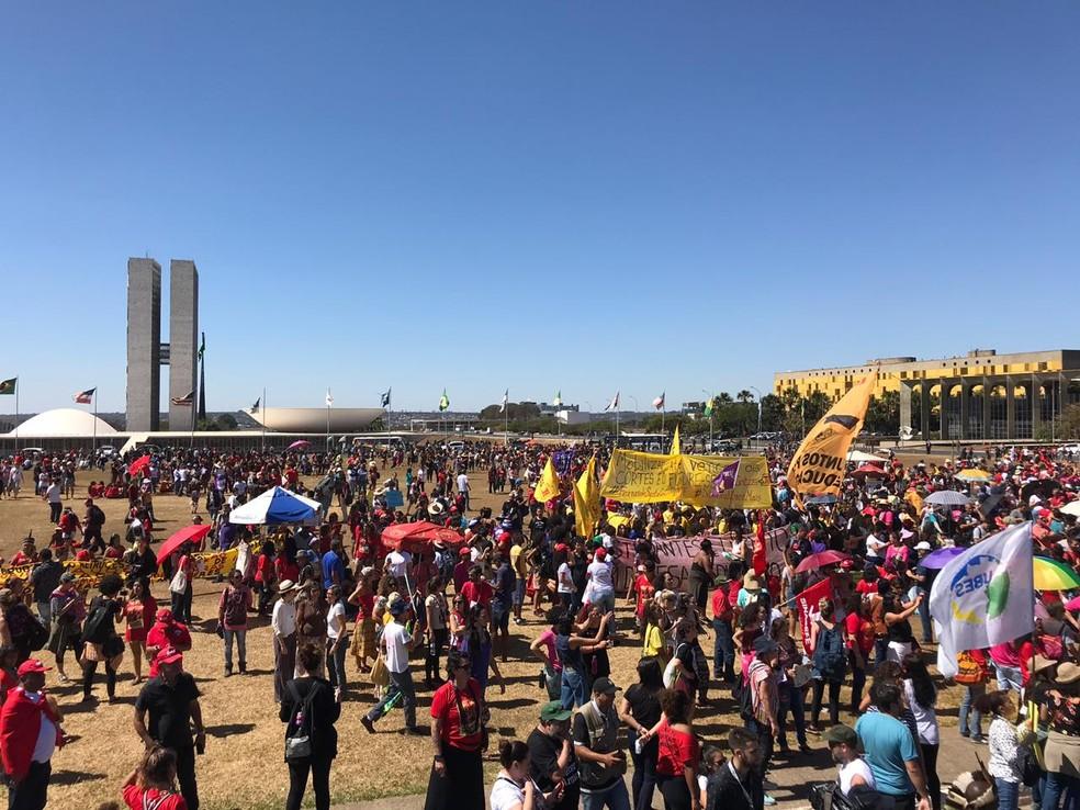 BRASÍLIA, 11h13: manifestantes ocupam gramado em frente ao Congresso Nacional em protesto contra cortes na educação — Foto: Afonso Ferreira/G1