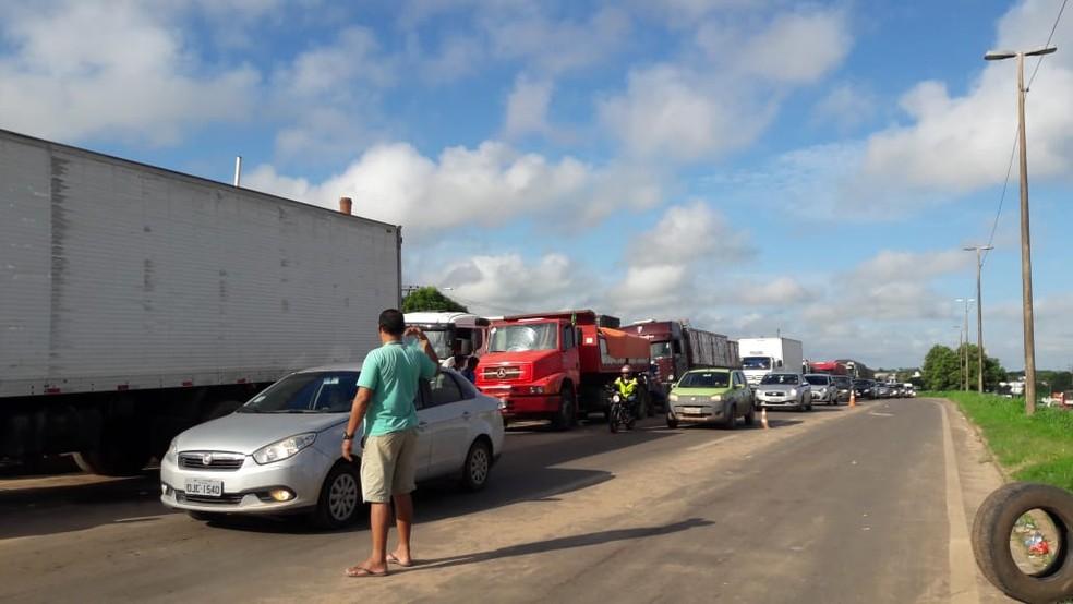 Caminhoneiros mantêm bloqueio na BR-135 (Foto: Divulgação/PRF)