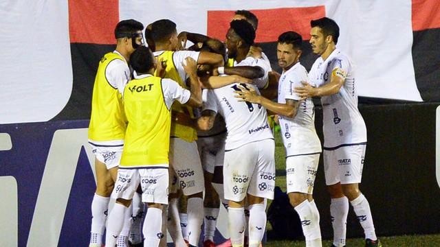 Jogadores do Remo comemoram gol de Marcos Júnior contra o Vitória
