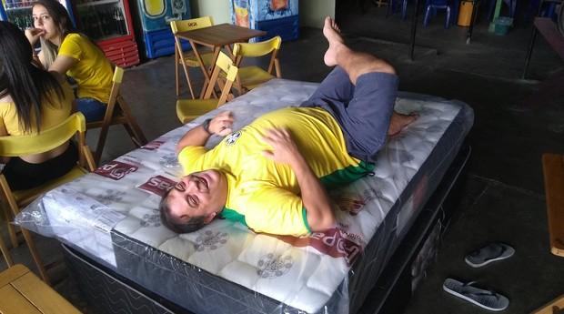 """Luizinho Capelão na cama que colocou em seu bar. """"Não quero trabalhar"""" (Foto: Divulgação)"""