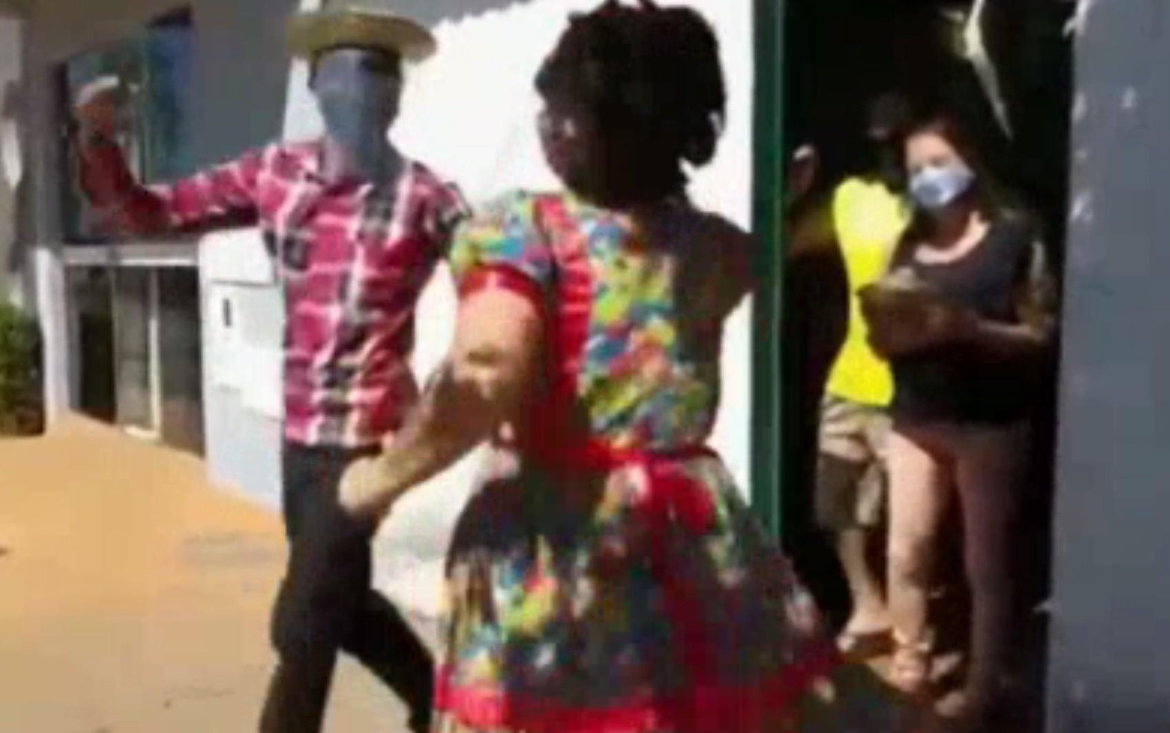 Assistentes sociais levam 'arraiá' delivery para a porta da casa de idosos em Acreúna