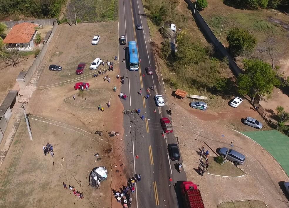 Veículo do médico ficou completamente destruído no acidente, em Teresina.   — Foto: Magno Bonfim/TV Clube