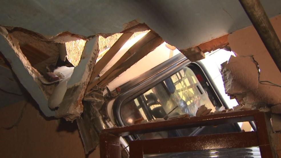 Ônibus destruiu parte do muro do quintal e da parede da área de serviço de casa de São Carlos (Foto: Marlon Tavoni/EPTV)