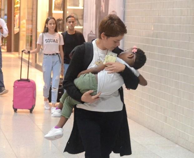 Leandra Leal e a filha, Júlia (Foto: AgNews)