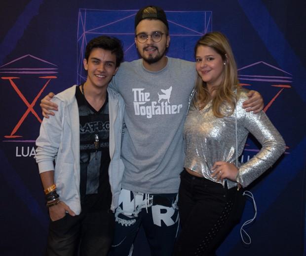 Maria Antonia Cavalcante e o namorado,Victor Aguiar, com Luan Santana (Foto: Marcos Ribas/Brazil News)