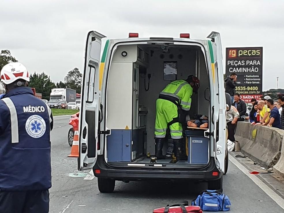 Vítima do acidente é atendida, em Curitiba — Foto: Mauricio Freire/RPC