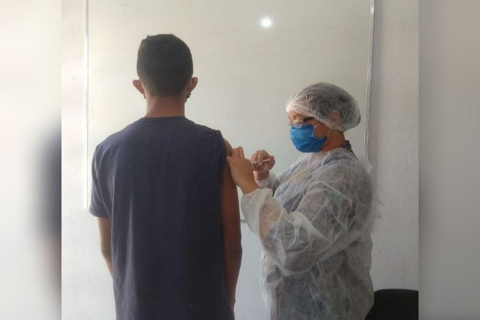 Jovens em situação de vulnerabilidade foram vacinados em Eusébio, no Ceará. — Foto: Lar Davis Brasil
