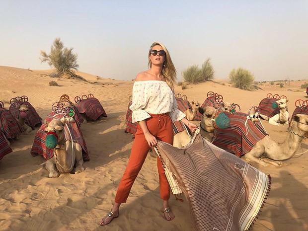 Ana Hickmann entre camelos em Dubai (Foto: Reprodução/Instagram)