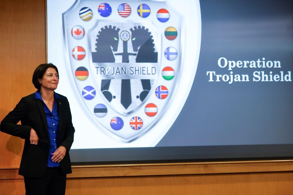 """A agente especial do FBI, Suzanne Turner, durante coletiva de imprensa sobre a operação """"Escudo de Troia"""" nesta terça (8) — Foto: Mike Blake/Reuters"""