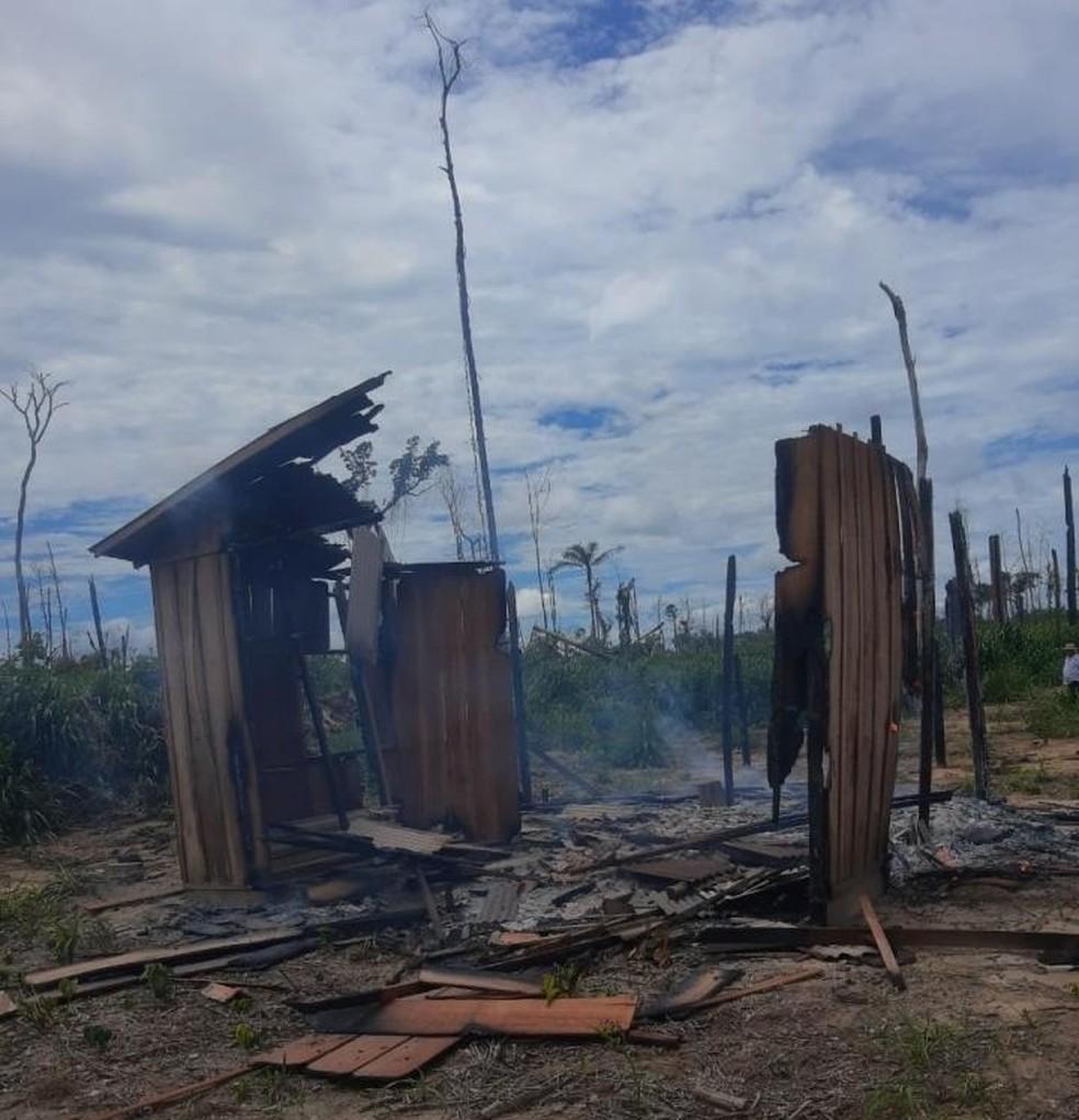 Casa é destruída por incêndio na Estrada do Chaules — Foto: WhatsApp/Reprodução
