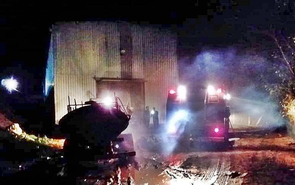 Galpão pegou fogo em fazenda de Muzambinho (MG) — Foto: Corpo de Bombeiros