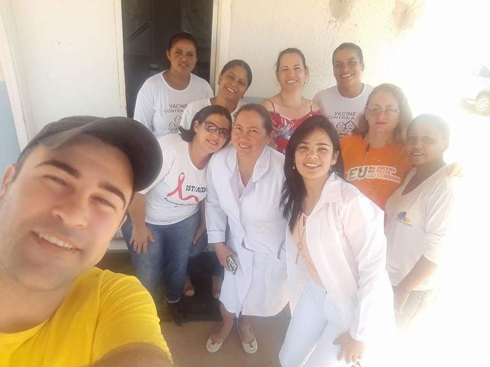 """A médica Diamela e a equipe de saúde da cidade: """"Sempre será parte de nossas famílias"""" — Foto: Jaqueline Barbosa/Arquivo pessoal"""