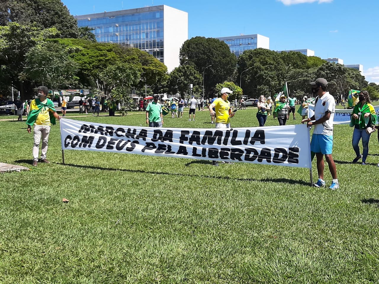 Cidades registram manifestações contra decisão do STF que autorizou estados e municípios a restringir cultos e missas presenciais