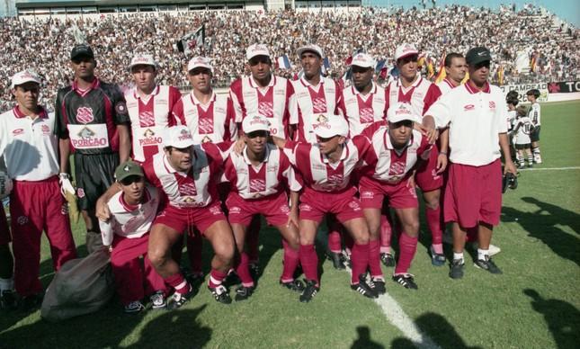 Elenco do Bangu posa antes do jogo contra o Vasco: Renato é o primeiro uniformizado na fileira da frente, agachado