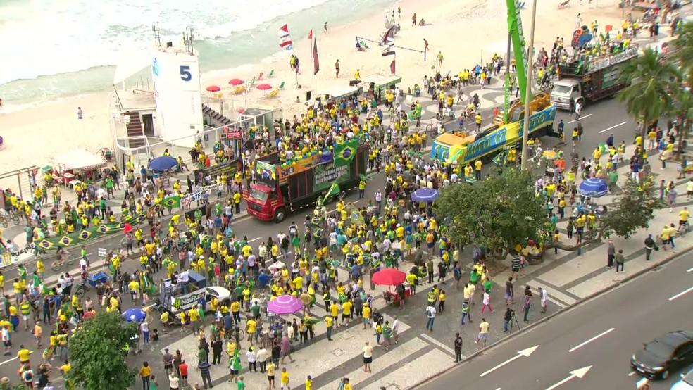 RIO DE JANEIRO, 10h07: Manifestantes fazem ato pró-Bolsonaro em Copacabana — Foto: Reprodução / TV Globo