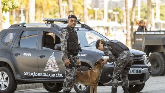Paolla Oliveira brinca com cão nos bastidores de gravação no Rio
