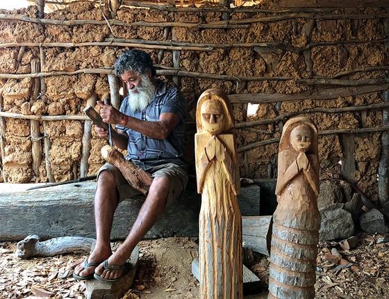 Zé Bezerra faz de troncos caídos matéria-prima para sua arte em Pernambuco (Foto: RENAN QUEVEDO)