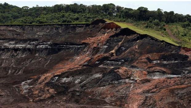 Barragem que rompeu deixou centenas de mortos e desaparecidos (Foto: REUTERS/ADRIANO MACHADO via BBC)