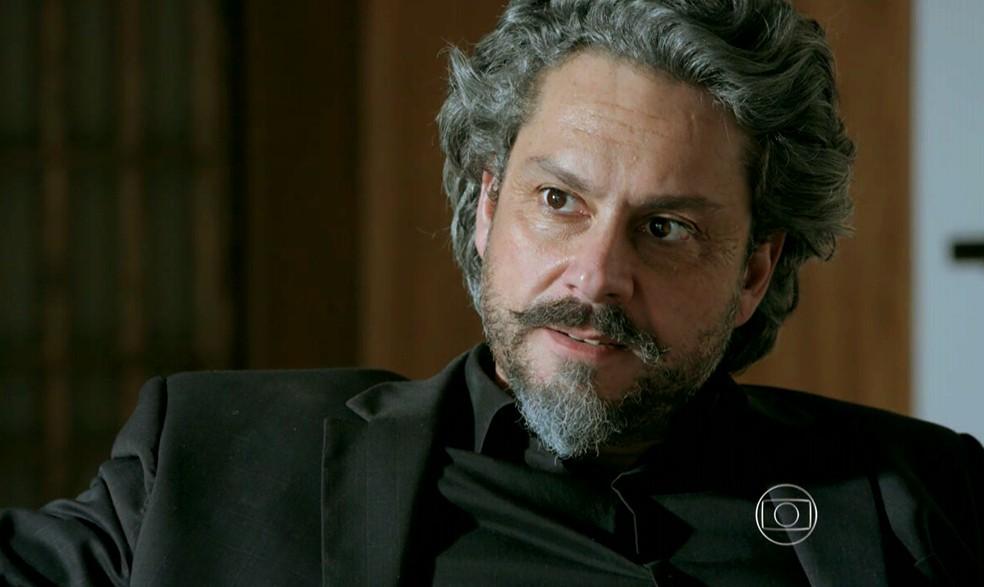 José Alfredo (Alexandre Nero) desconfia da explicação dada por Maria Marta (Lilia Cabral) sobre o casamento com Silviano (Othon Bastos) - 'Império' — Foto: Globo